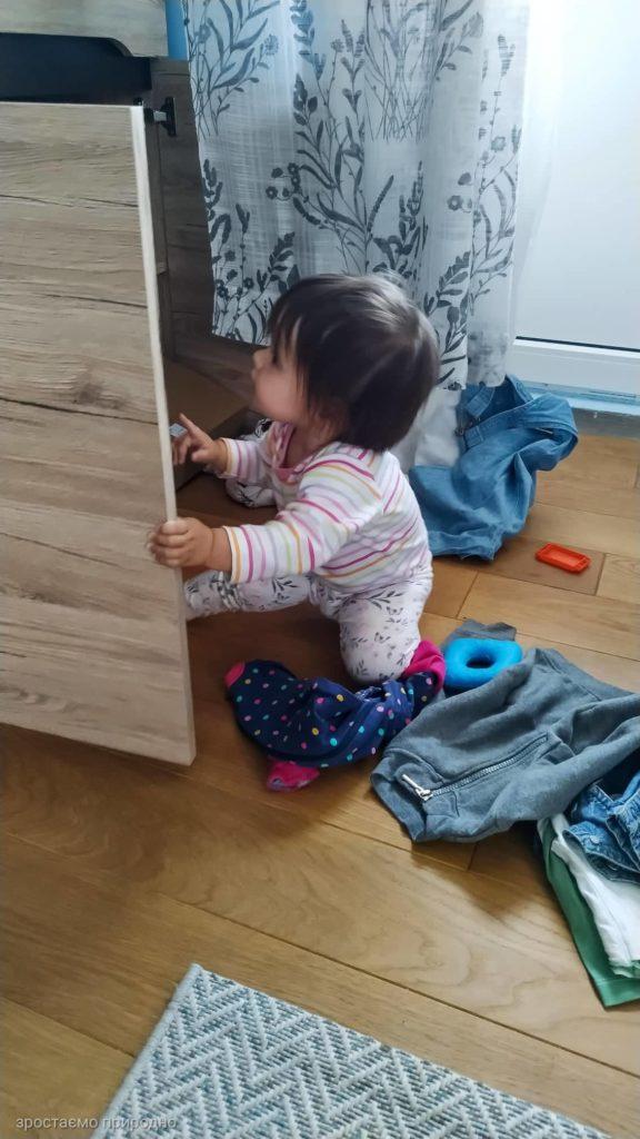 Розкидає речі з шафи